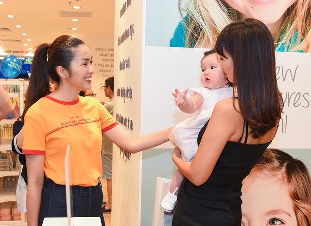 Diễn viên Tăng Thanh Hà vui vẻ khi hội ngộ người mẫu Hà Anh và con gái