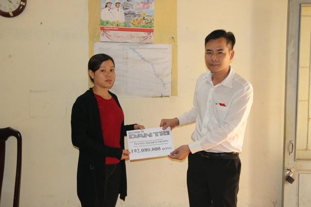 Đại diện chính quyền địa phương trao quà bạn đọc Dân trí tới gia đình Diễm Phương
