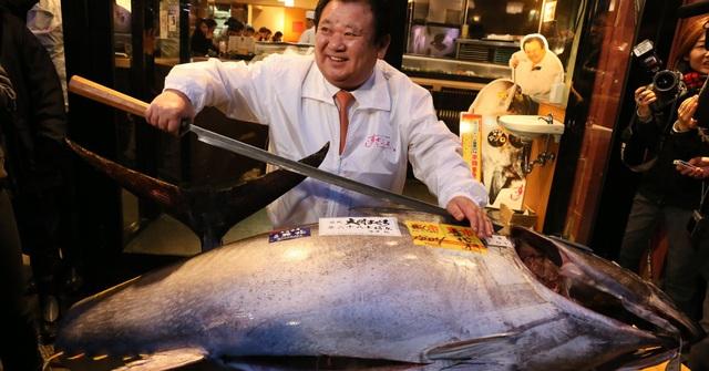 Ông Kimura xẻ thịt con cá khổng lồ gần 300 kg. (Nguồn: Ken Ishii/Getty Images)