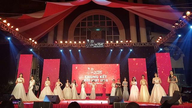 Toàn cảnh 16 thí sinh tham gia đêm chung kết cuộc thi Duyên dáng kinh doanh Công nghệ Hà Nội.