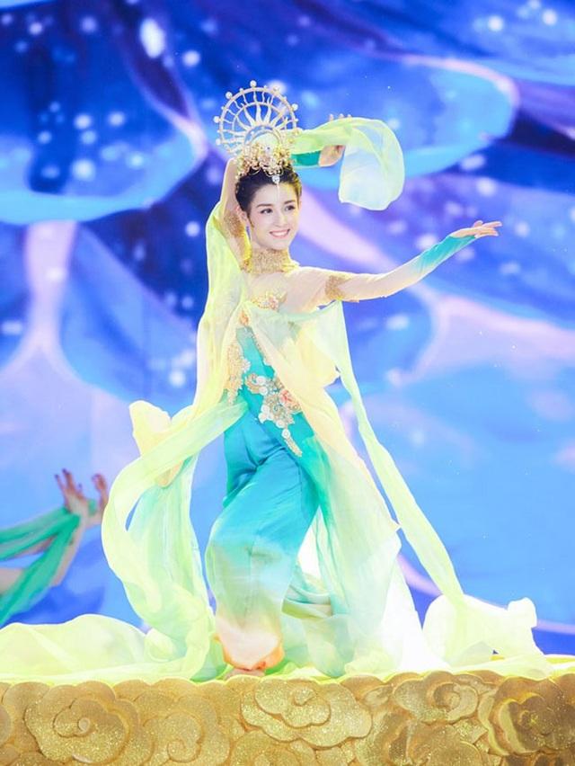 Cáp Ni Khắc Tư là một trong số nghệ sĩ trình diễn trong chương trình Đêm hội năm mới của đài Trung ương (Trung Quốc).