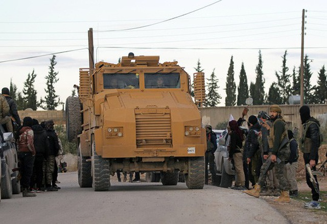Binh lính Thổ Nhĩ Kỳ lái xe quân sự tại Manbij, Syria. (Ảnh: Reuters)