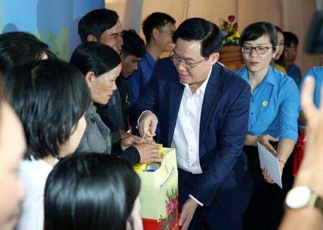 Phó Thủ tướng Vương Đình Huệ tặng quà cho công nhân Kon Tum. Ảnh VGP/Thành Chung