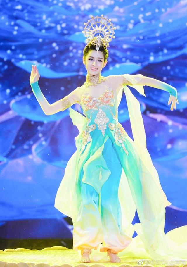 Cô sinh năm 1996 ở Tân Cương, vào làng giải trí từ tháng 11/2018 với vai trò khách mời show truyền hình.