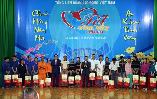 Phó Thủ tướng trao quà cho công nhân, người lao động tỉnh Gia Lai. Ảnh VGP/Thành Chung
