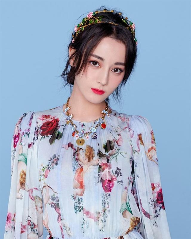 Cô là một nữ diễn viên người Trung Quốc, dân tộc Uyghur.