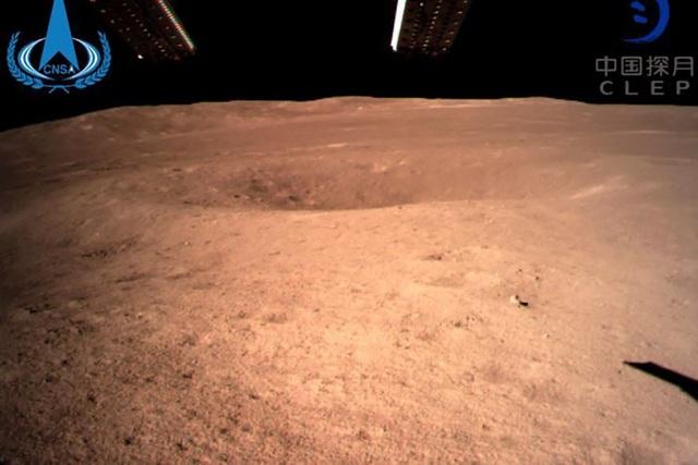Những hình ảnh đầu tiên của vùng tối Mặt Trăng gửi từ tàu vũ trụ Trung Quốc - Ảnh 3.