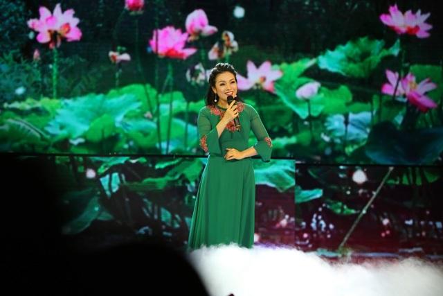 Ca sĩ Tân Nhàn duyên dáng với tà áo dài xanh khi hát đơn trong chương trình.