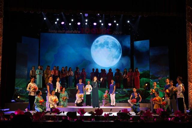 NSND Thái Bảo hát ca khúc về Bác Hồ với phần dàn dựng đầy công phu.