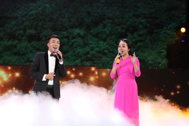 Tiết mục song ca Lan Anh - Việt Hoàn.