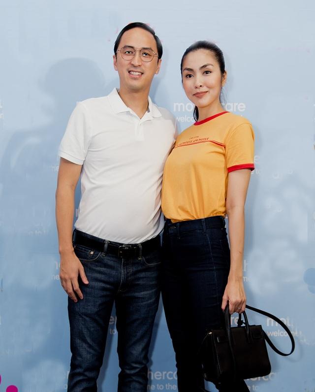Khác với Hà Anh dẫn theo con gái đáng yêu và ông xã ngoại quốc, Hà Tăng lại sánh bước bên người chồng doanh nhân Louis Nguyễn.