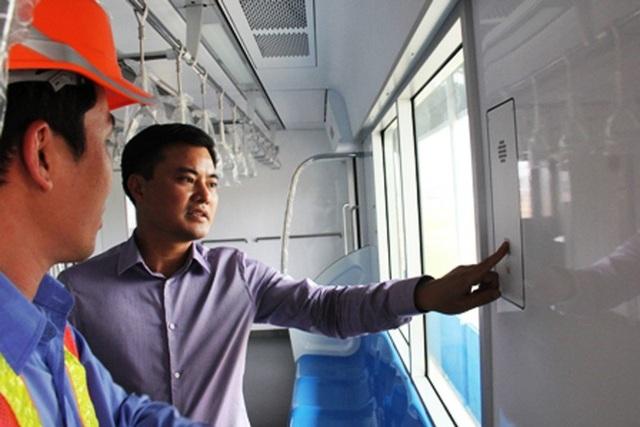 Ông Bùi Xuân Cường thời điểm làm Trưởng Ban quản lý đường sắt đô thị TPHCM năm (bìa phải) kiểm tra thông tin chi tiết về hệ thống trang thiết bị trong toa xe tuyến Metro số 1 Bến Thành - Suối Tiên