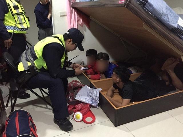 3 người Việt Nam nghi là lao động bất hợp pháp bị bắt quả tang lẩn trốn dưới gầm giường (Ảnh: UDN)
