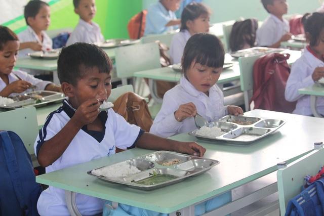 """Bữa ăn """"Cơm có thịt Tây Nguyên"""" đầu tiên tại trường TH-THCS Đinh Núp."""