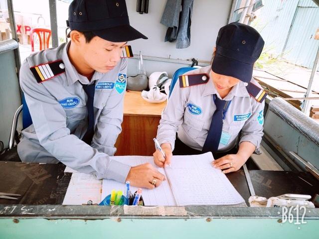 Anh Trần Văn Long (trái) hiện là đội trưởng đội bảo vệ Sun World Hon Thom Nature Park