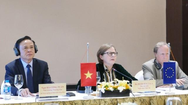 (Từ trái sang phải) Thứ trưởng Hà Công Tuấn, Phó Chủ tịch Nghị viện châu Âu Heidi Hautala và Trưởng phái đoàn Liên minh châu Âu Bruno Angelet trong cuộc họp báo.