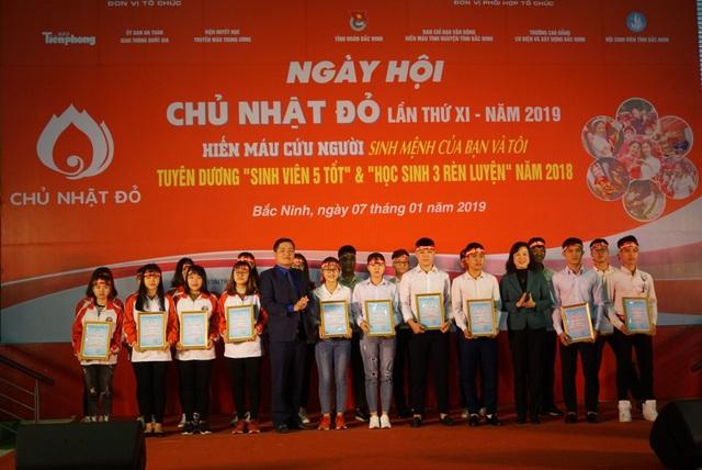 Các tập thể và cá nhân đạt danh hiệu Sinh viên 5 tốt, tập thể 5 tốt và 3 rèn luyện được Hội sinh viên tỉnh Bắc Ninh tuyên dương, khen thưởng
