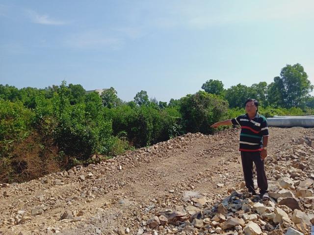 Ông Trương Văn Hương vô cùng bức xúc khi vụ việc của ông bị UBND huyện ngâm suốt 18 năm qua đến nay chưa nhận được tiền đền bù hàng ngàn mét vuông đất bị thu hồi. Mỗi lần ông khiếu nại, các cơ quan chức năng cứ bảo chờ...
