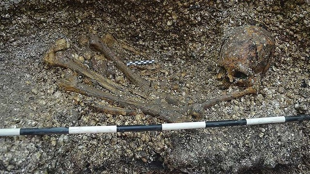 Phát hiện mộ táng có niên đại lâu đời nhất thế giới - Ảnh 1.