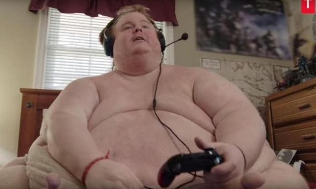 Cả ngày chỉ cày game và ăn, chàng trai nặng 317 kg định sẽ ăn đến chết - Ảnh 1.