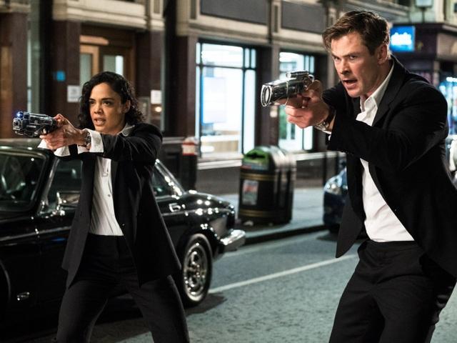 """""""Thần Sấm"""" Chris Hemsworth và """"nữ chiến binh Valkyrie"""" Tessa Thompson sẽ hội ngộ trong dự án ăn theo (Spin Off) bộ ba phim Men In Black – series gắn liền với tên tuổi của tài tử Will Smith."""