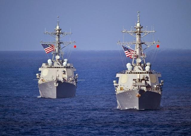 Tàu khu trục USS McCampbell (trái) và tàu khu trục USS Curtis Wilbur đi qua khu vực tây Thái Bình Dương trước khi tham gia tập trận. (Ảnh: US Navy)