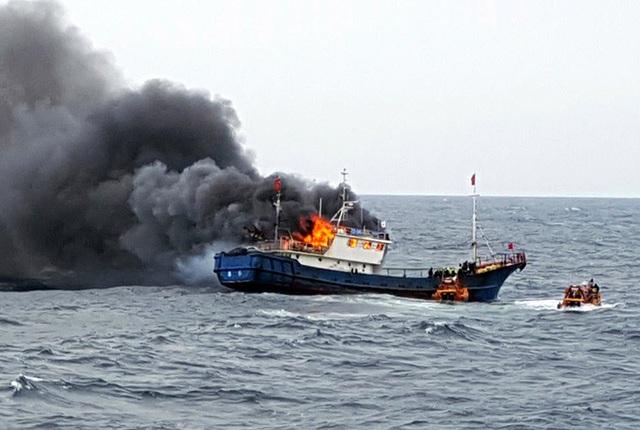 Một tàu cá Trung Quốc bốc cháy sau khi trúng hỏa lực của lực lượng tuần duyên Hàn Quốc. (Ảnh: AP)