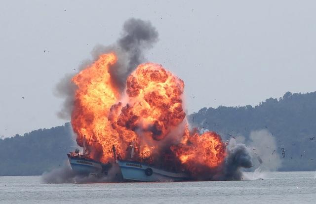 Hải quân Indonesia cho nổ tung tàu cá nước ngoài đánh bắt trái phép ở ngoài khơi đảo Batam. (Ảnh: Kanwa)