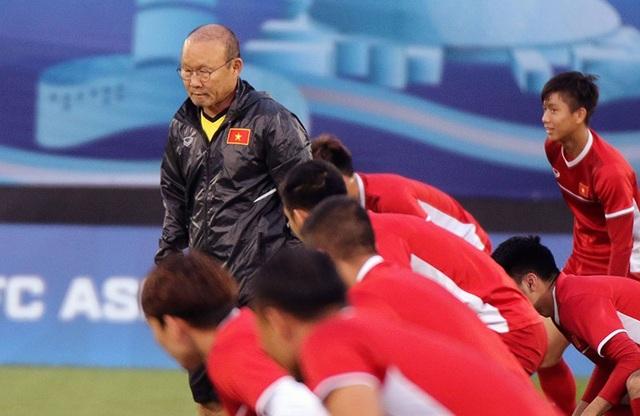 """HLV Park Hang Seo cho các cầu thủ tập """"bài lạ"""" chờ đấu Iraq - Ảnh 11."""