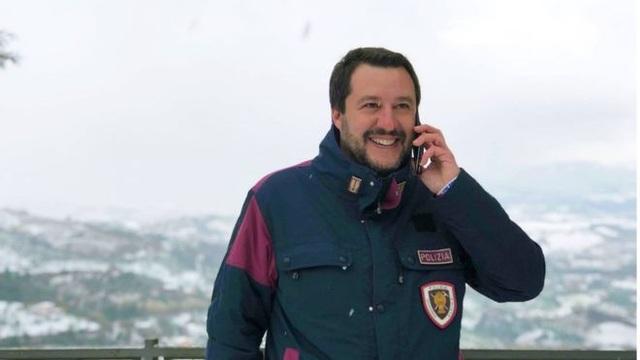 Ông Matteo Salvini thường đăng ảnh mặc áo có cài huy hiệu của lực lượng cảnh sát hoặc cứu hỏa lên mạng xã hội (Ảnh: Facebook)