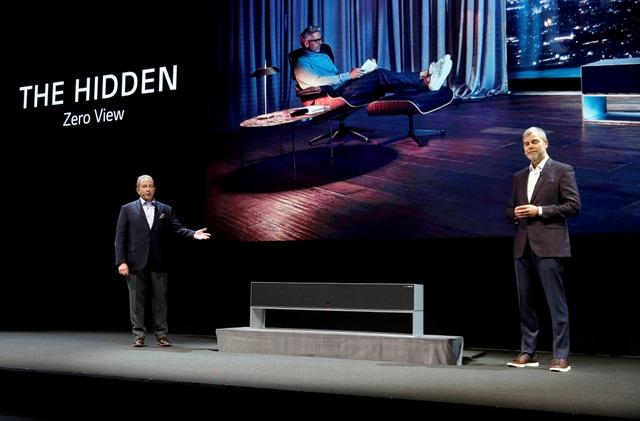 LG trình diễn TV màn hình cuộn đầu tiên trên thế giới - Ảnh 2.