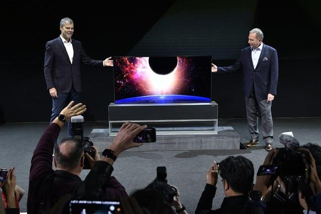 LG trình diễn TV màn hình cuộn đầu tiên trên thế giới - Ảnh 1.