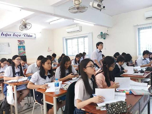 Học sinh Trường THPT Nguyễn Du, quận 10 trong một tiết học. (Ảnh: NQ)