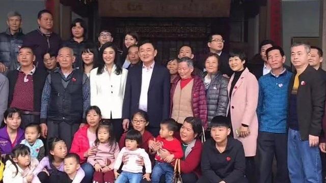 Cựu Thủ tướng Thái Lan Thaksin (giữa) và em gái Yingluck (áo trắng) chụp ảnh cùng những người họ hàng tại Trung Quốc. (Ảnh: SCMP)
