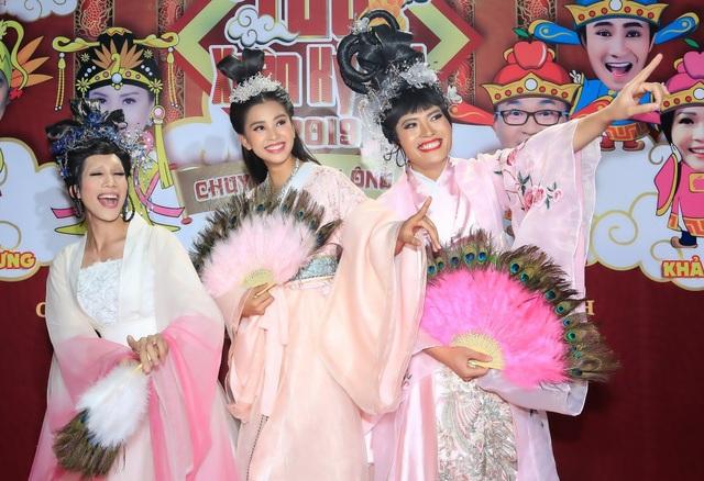 Hoa hậu Trần Tiểu Vy (giữa) lần đầu đóng hài Tết.