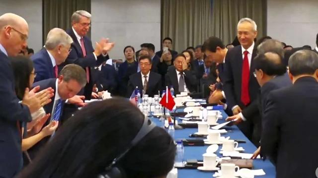 Phó Thủ tướng Trung Quốc Lưu Hạc bất ngờ tham gia cuộc đàm phán thương mại cấp thứ trưởng giữa Mỹ và Trung Quốc ngày 7/1 tại Bắc Kinh. (Ảnh: SCMP)