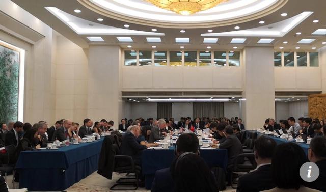 Phái đoàn Trung Quốc có số lượng gấp đôi phái đoàn Mỹ. (Ảnh: SCMP)