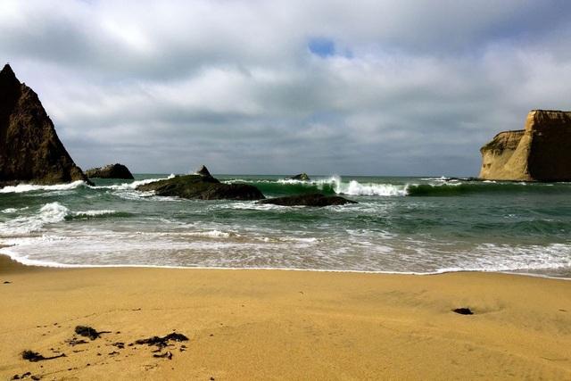 Tỷ phú bỏ 37 triệu USD mua bãi biển rồi bịt lối đi của dân nhận kết đắng - Ảnh 1.