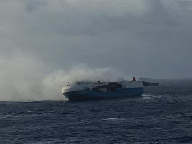 Cận cảnh tàu chở hơn 3.800 xe hơi bốc cháy giữa biển - Ảnh 2.