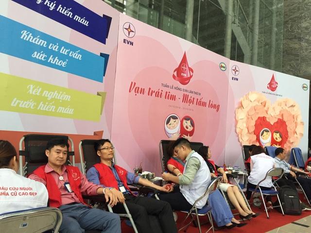 Hơn 1 vạn nhân viên ngành điện tham gia hiến máu cứu người - Ảnh 1.