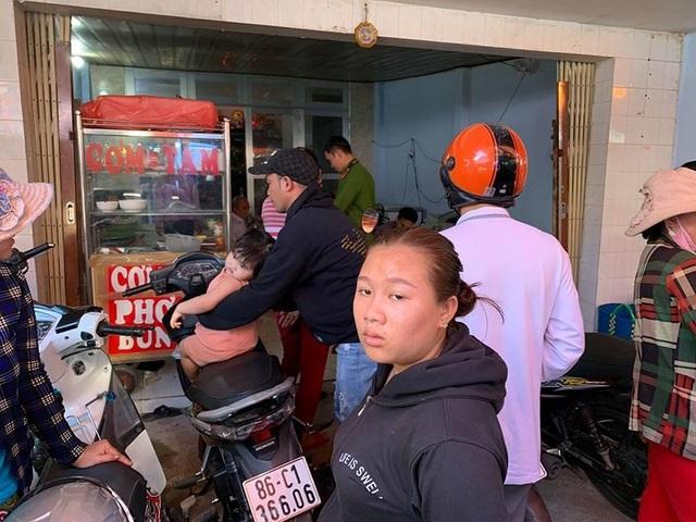 6 thanh niên chặt tay con nợ giữa chợ ở Phan Thiết - Ảnh 2.