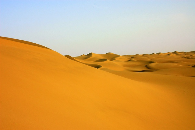 Đường cao tốc giữa sa mạc lớn nhất Trung Quốc dài 136 km - 2