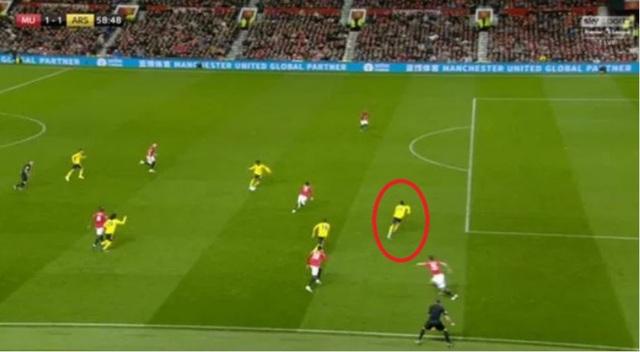 Sai lầm ngớ ngẩn của trọng tài ở trận Man Utd hòa Arsenal - 1