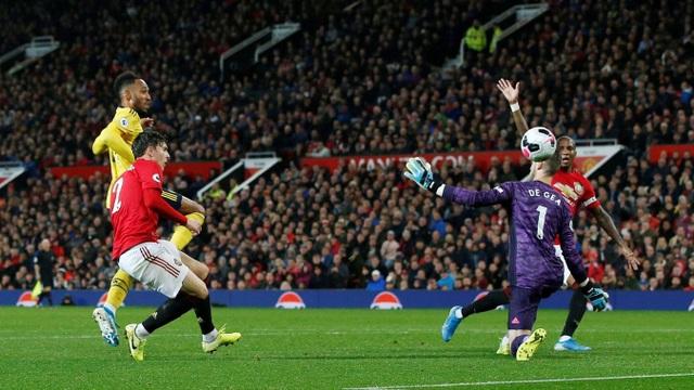 Sai lầm ngớ ngẩn của trọng tài ở trận Man Utd hòa Arsenal - 2