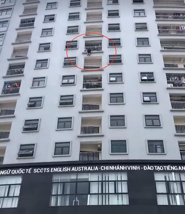 Giải cứu người phụ nữ treo lủng lẳng ở tầng 10 chung cư - 1