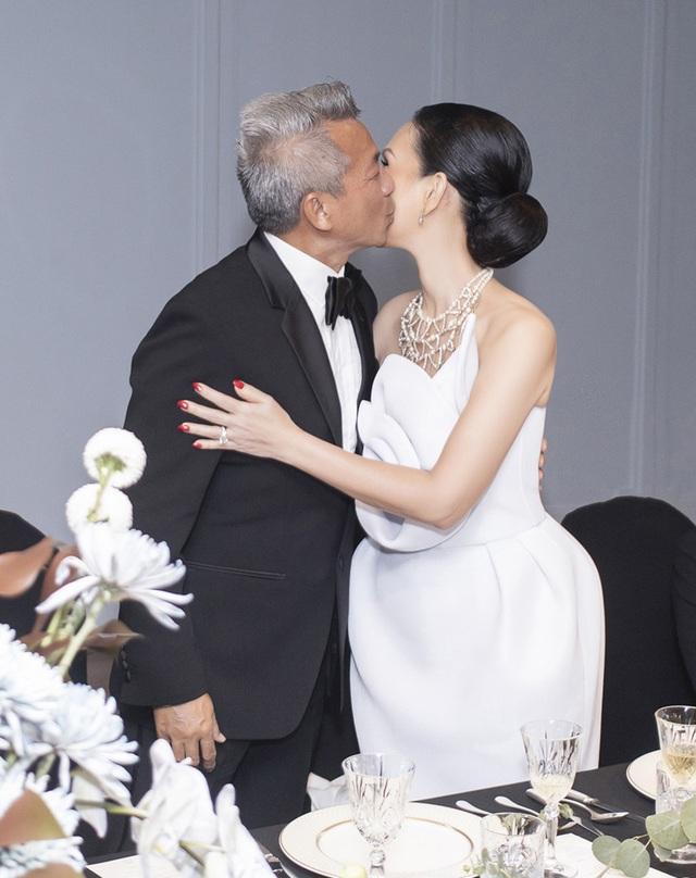 Diễm My 7X và ông xã ngọt ngào kỷ niệm 25 năm ngày cưới - 7