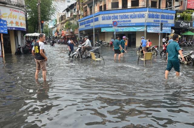 Hàng loạt tuyến đường ở Sài Gòn chìm trong biển nước vì bể nắp cống - 1