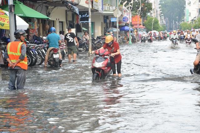 Hàng loạt tuyến đường ở Sài Gòn chìm trong biển nước vì bể nắp cống - 8