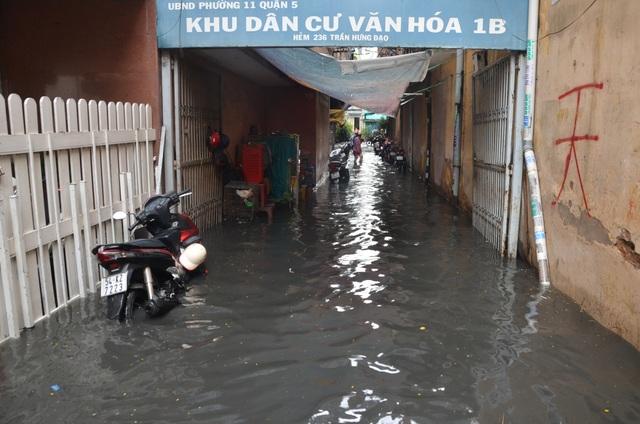 Hàng loạt tuyến đường ở Sài Gòn chìm trong biển nước vì bể nắp cống - 7