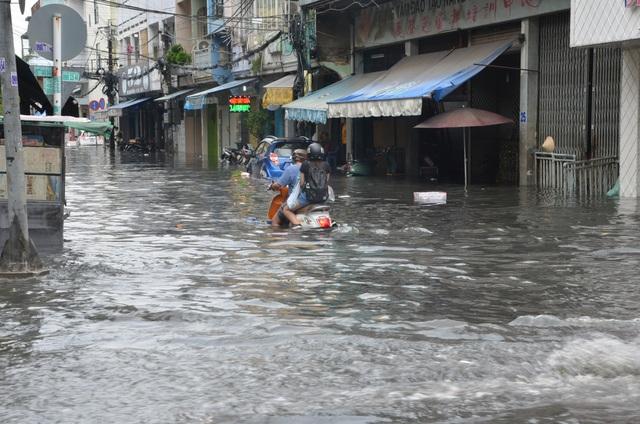 Hàng loạt tuyến đường ở Sài Gòn chìm trong biển nước vì bể nắp cống - 5